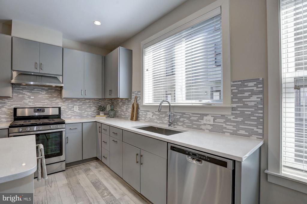Stylish kitchen - 6634 EAMES WAY, BETHESDA