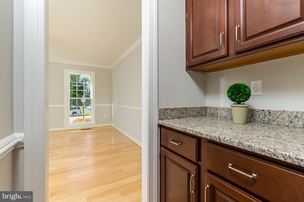Butler's Pantry between Kitchen & Dining rooms - 4917 EDGE ROCK DR, CHANTILLY