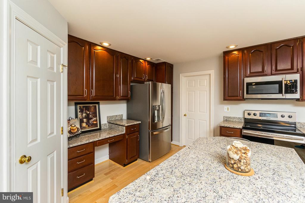 SUPER Upgrades include NEW Granite & SS Appliances - 4917 EDGE ROCK DR, CHANTILLY