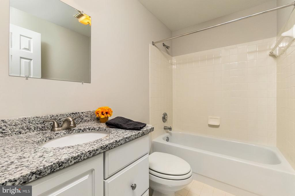 Lower level full bath with NEW Granite countertops - 4917 EDGE ROCK DR, CHANTILLY