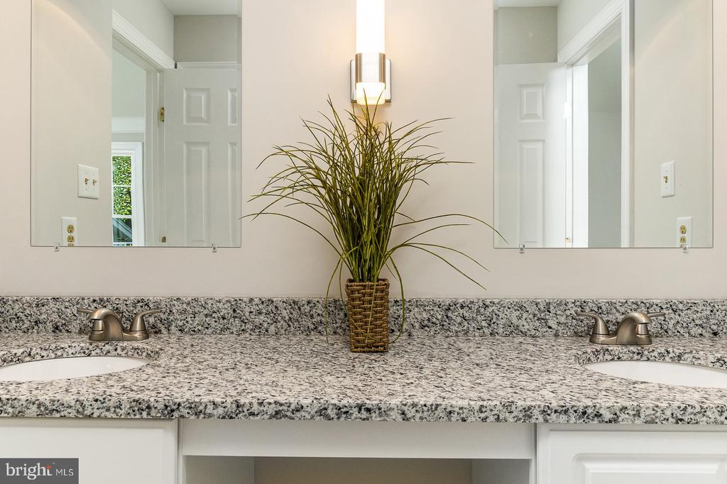 3rd Bath has dual sinks with NEW Granite - 4917 EDGE ROCK DR, CHANTILLY