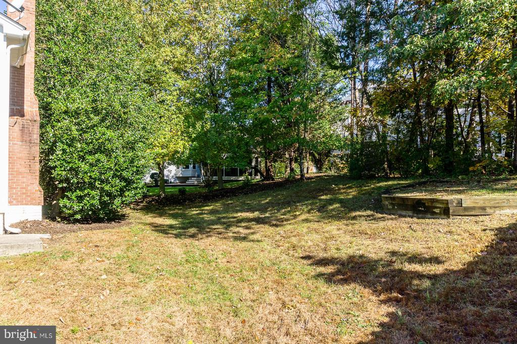 Private rear yards with mature trees - 4917 EDGE ROCK DR, CHANTILLY