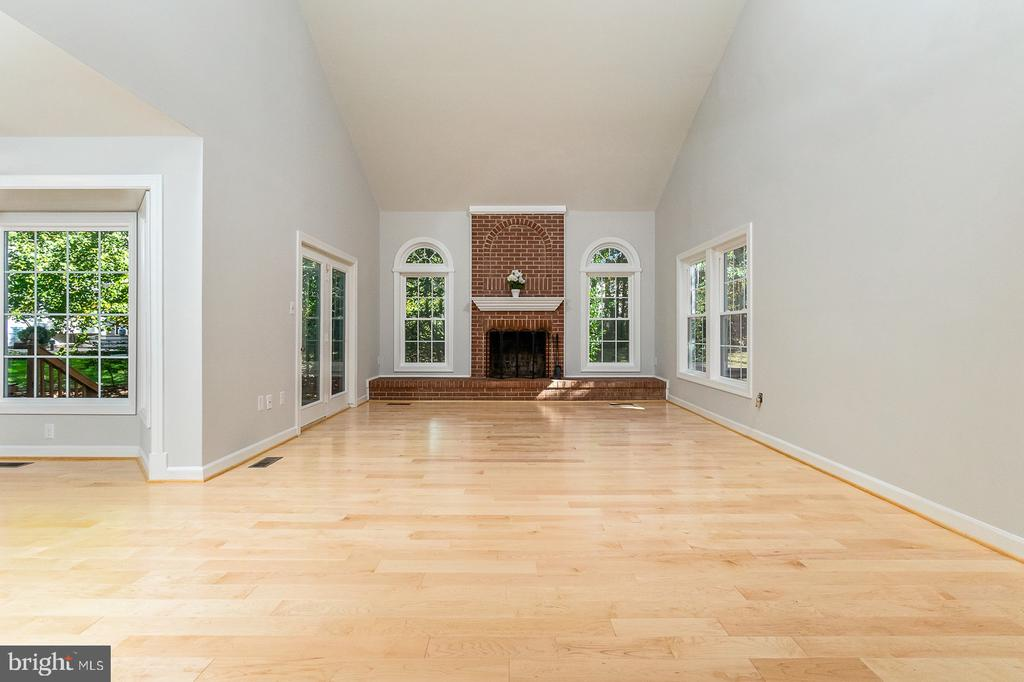 Family room off Kitchen with soaring ceiling - 4917 EDGE ROCK DR, CHANTILLY