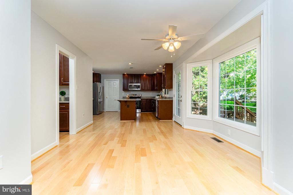 Spacious breakfast area for every day dining - 4917 EDGE ROCK DR, CHANTILLY