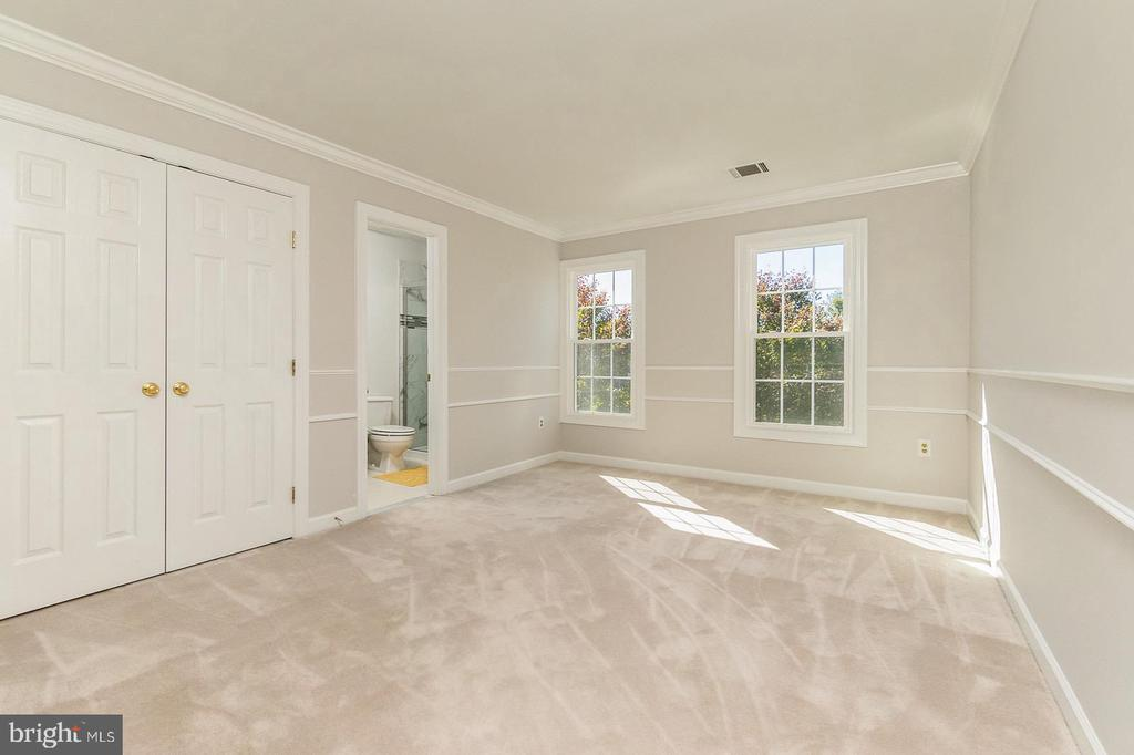 Bedroom #2 with private Bath - 4917 EDGE ROCK DR, CHANTILLY