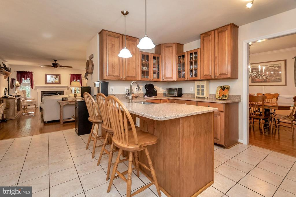 Gorgeous cabinets! - 404 WILDERNESS DR, LOCUST GROVE