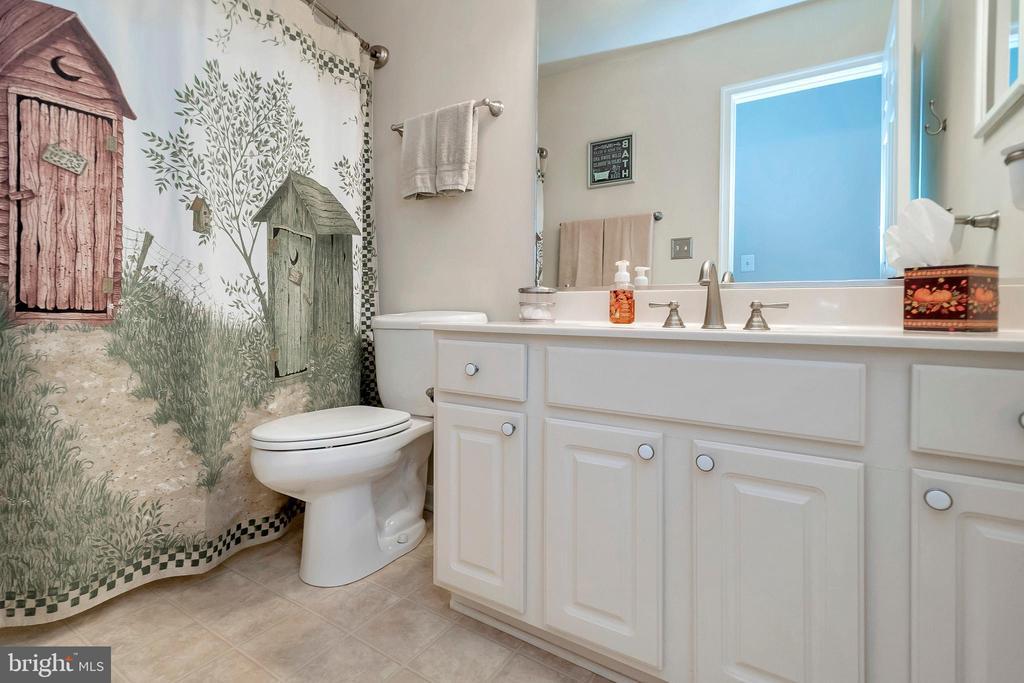 Hall bath won't disappoint! - 404 WILDERNESS DR, LOCUST GROVE