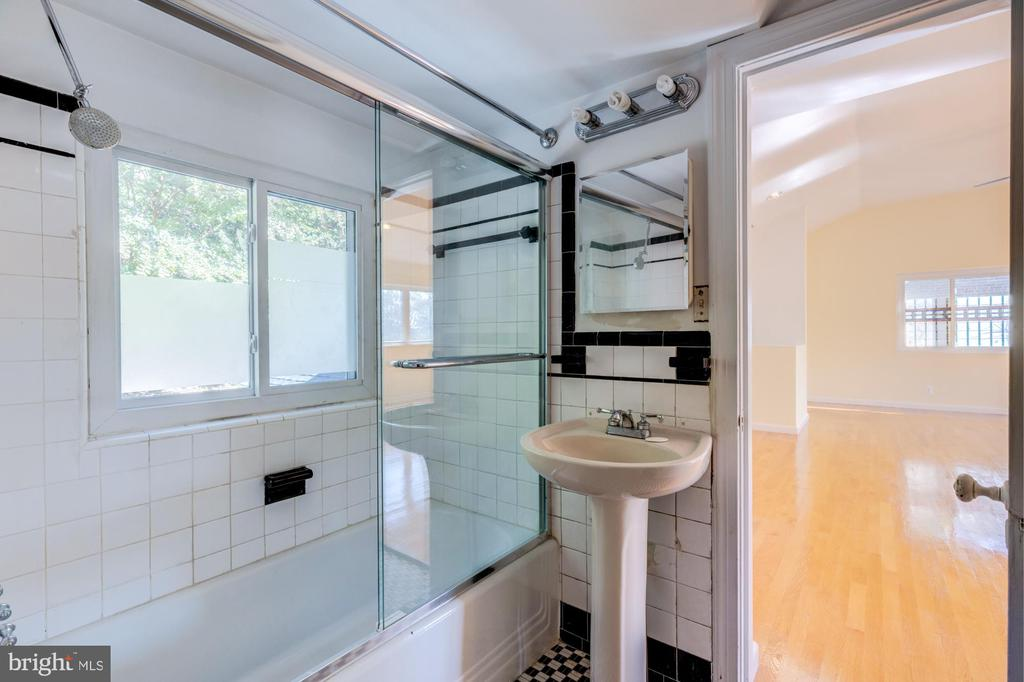 Full Bath Upstairs With on suite to Master - 3137 S GLEBE RD, ARLINGTON