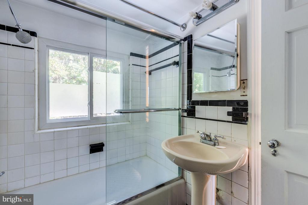 Full Bath Upstairs W/on suite to Master - 3137 S GLEBE RD, ARLINGTON