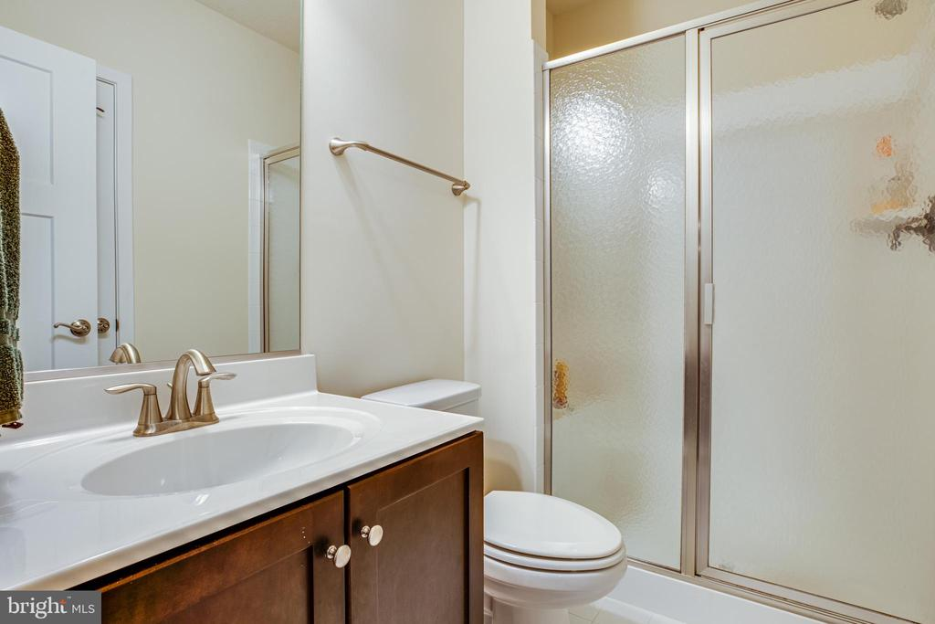 Lower-level full bathroom - 11206 VALOR BRIDGE DR, SPOTSYLVANIA