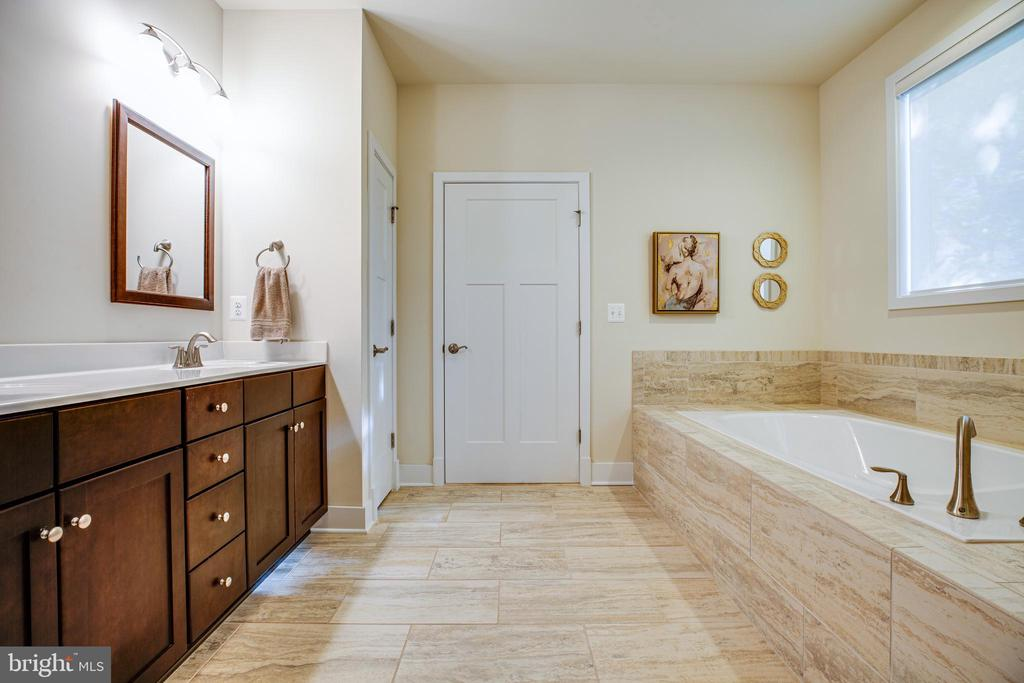 Main-level master bathroom - 11206 VALOR BRIDGE DR, SPOTSYLVANIA