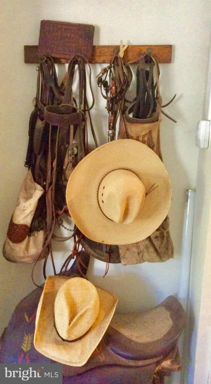 Relaxed country atmosphere - room for horses. - 18217 CANBY RD, LEESBURG