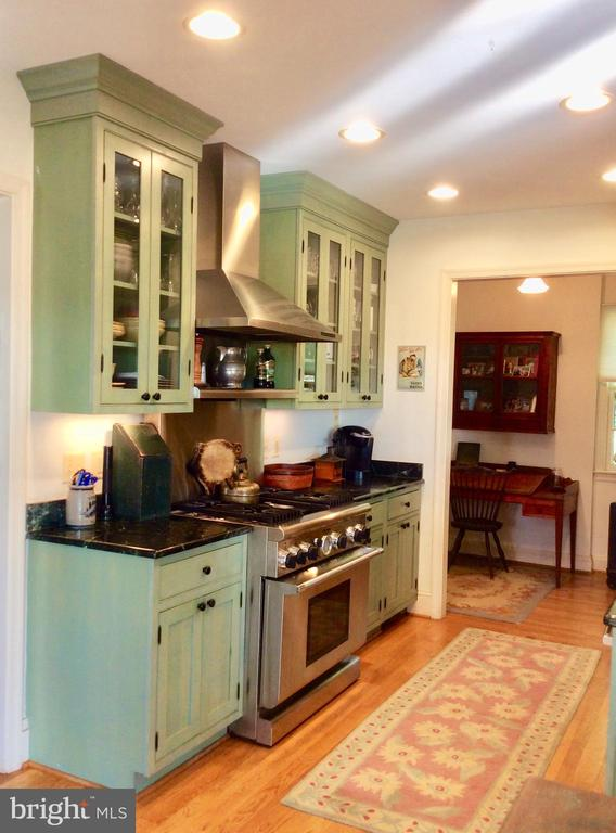 SS appliances, 6 burner range, hardwoods in kit! - 18217 CANBY RD, LEESBURG