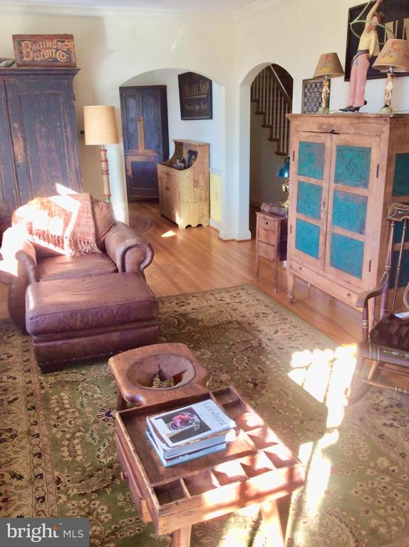 Spacious, sunny separate LR off side porch. - 18217 CANBY RD, LEESBURG