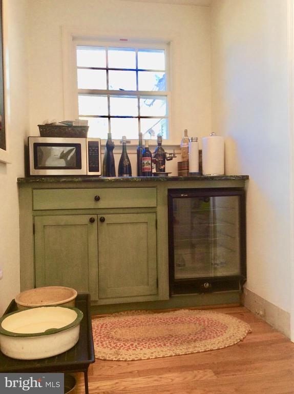 Butlers pantry w wine fridge. - 18217 CANBY RD, LEESBURG