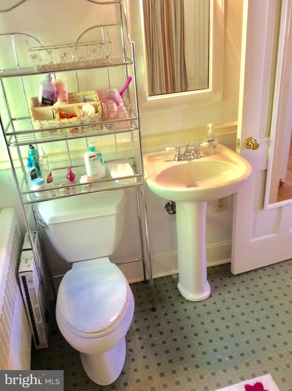 Ceramic & porcelain in all baths! - 18217 CANBY RD, LEESBURG