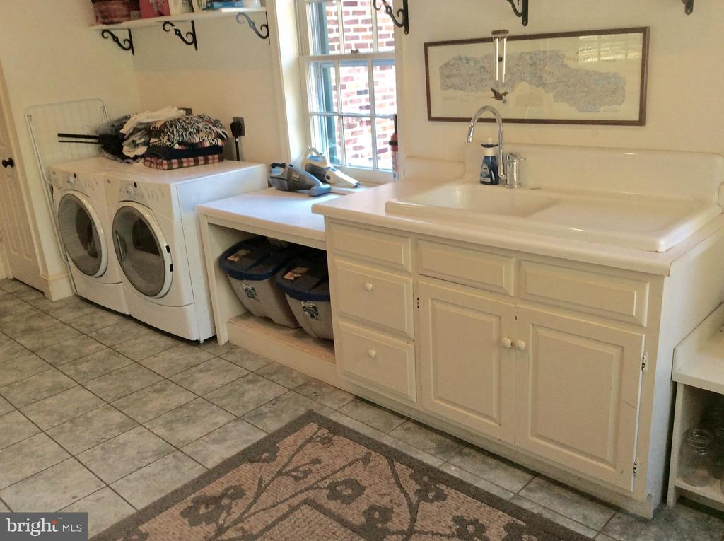 Porcelain sink, cabinets, front loading laundry. - 18217 CANBY RD, LEESBURG