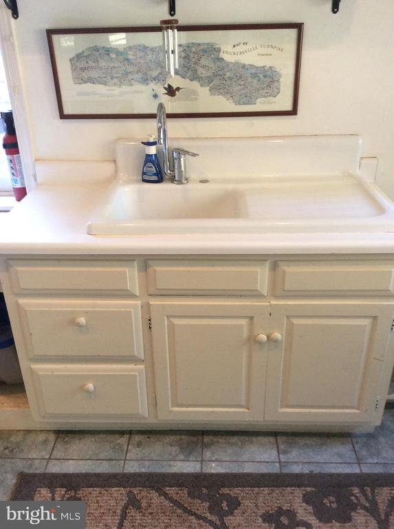Porcelain drain sink & cabinets in mud room. - 18217 CANBY RD, LEESBURG