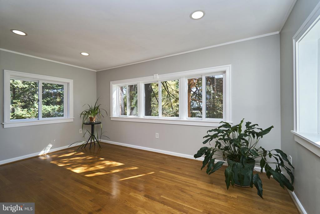 Bright Family Room on Main Level - 1901 N GLEBE RD, ARLINGTON
