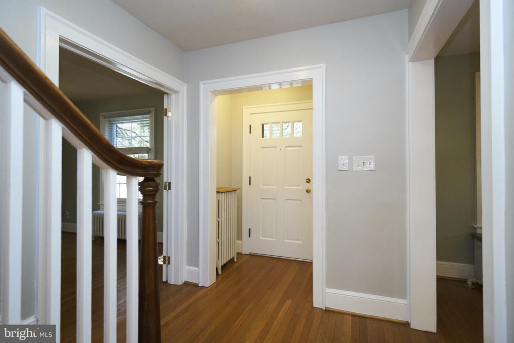 Entry foyer with Coat Closet - 1901 N GLEBE RD, ARLINGTON
