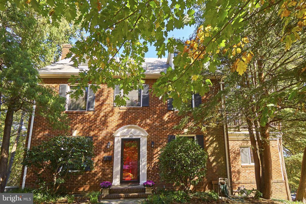 Move-in condition home - 1901 N GLEBE RD, ARLINGTON