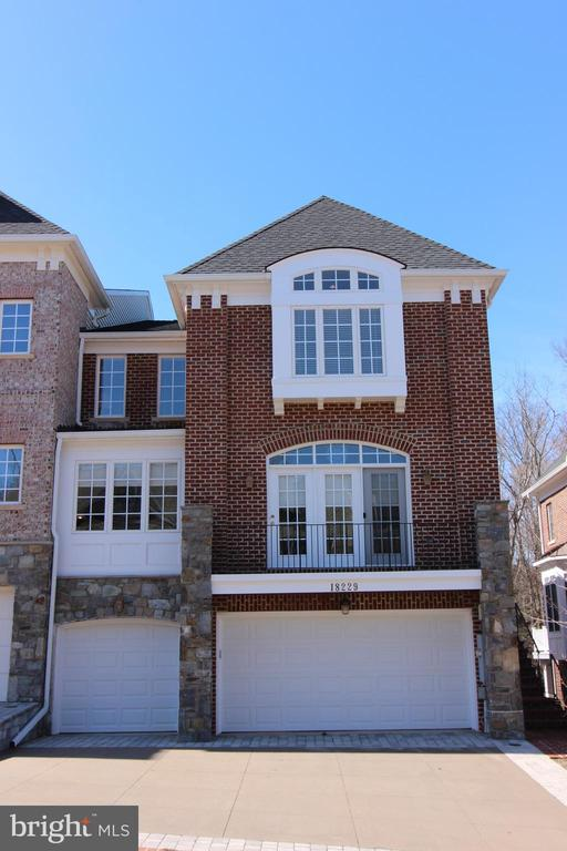 Welcome Home to Your 3-Car Garage End Unit Stunner - 18229 CYPRESS POINT TER, LEESBURG