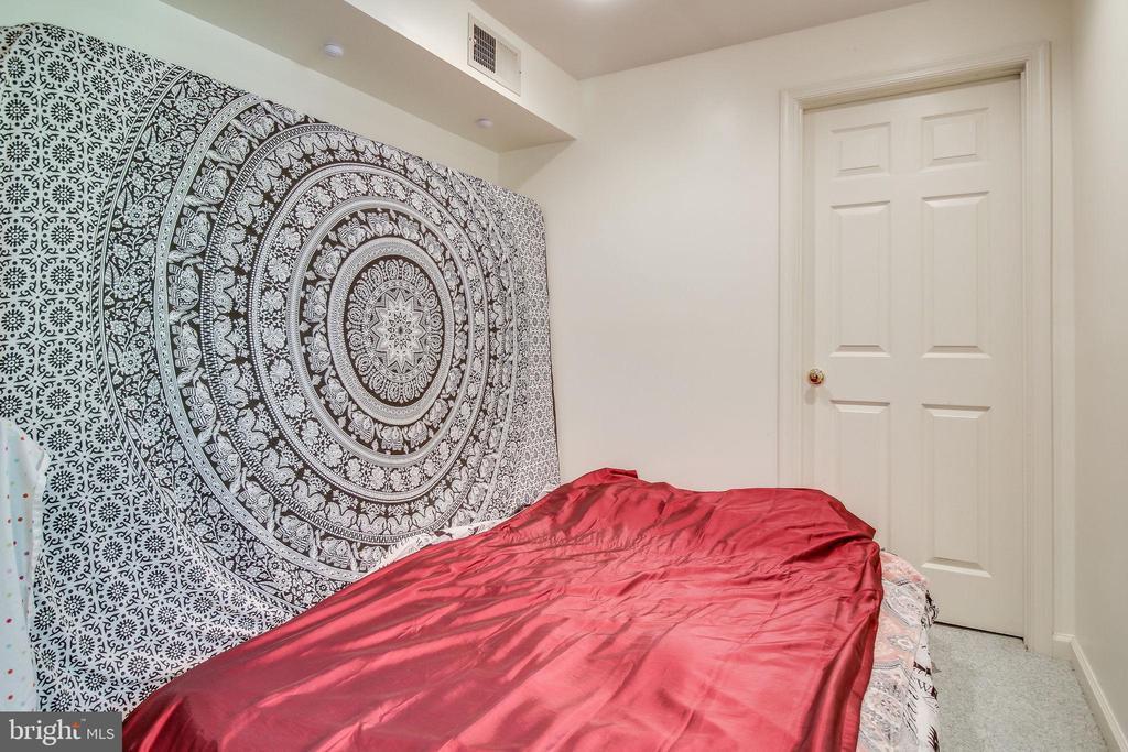 Downstairs bedroom. - 6132 POBURN LANDING CT, BURKE