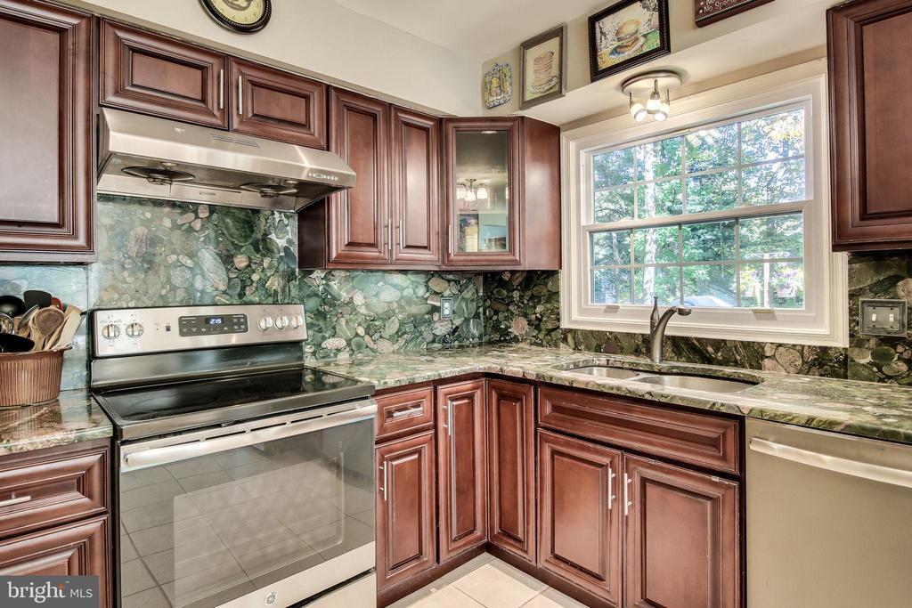 Spacious kitchen - 6132 POBURN LANDING CT, BURKE