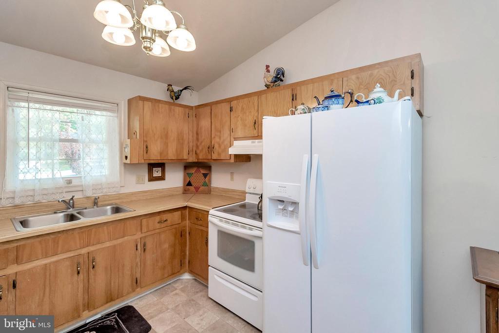 kitchen - 143 EAGLE CT, LOCUST GROVE