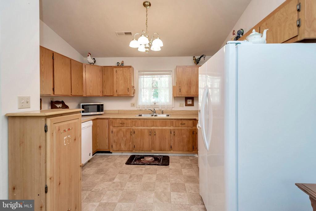 U shape kitchen - 143 EAGLE CT, LOCUST GROVE