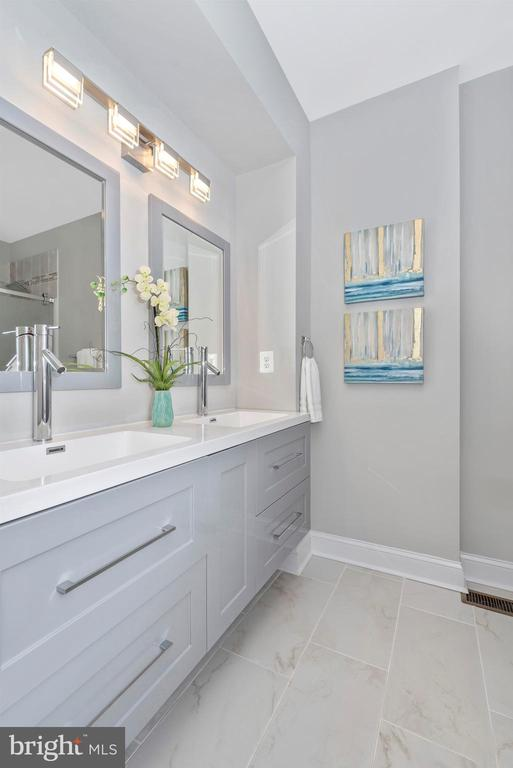 Master Bathroom - 118 W ALL SAINTS ST, FREDERICK
