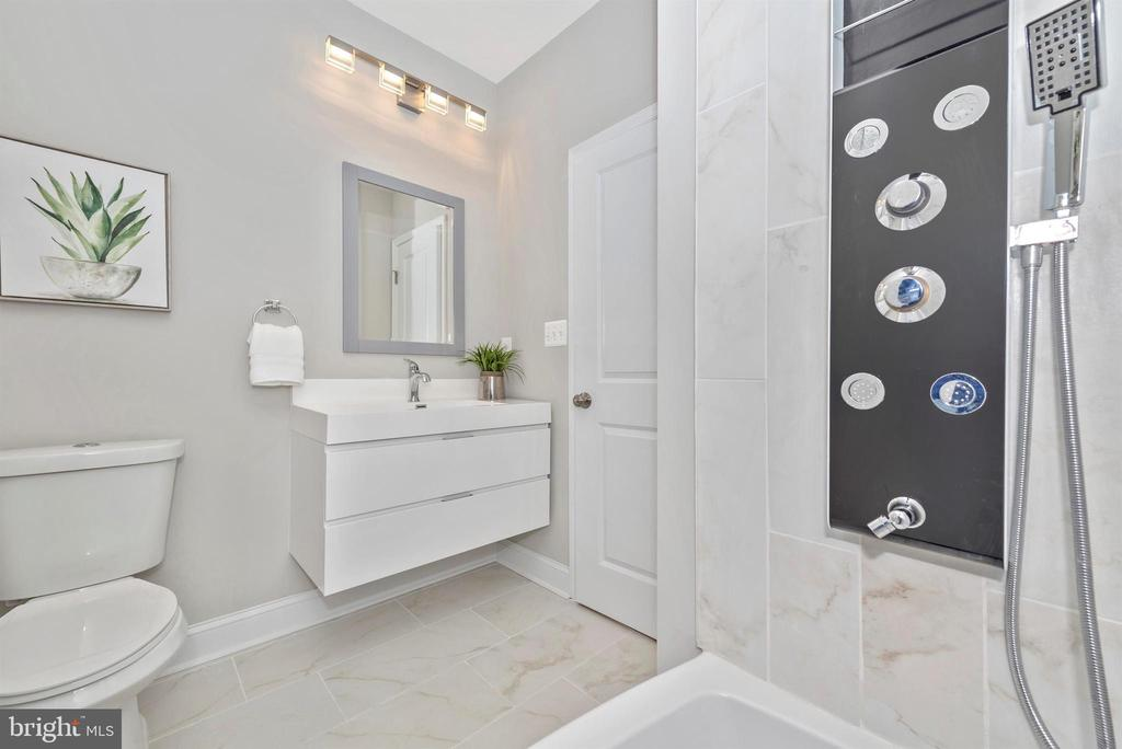 Upper Level Hall Full Bathroom - 118 W ALL SAINTS ST, FREDERICK