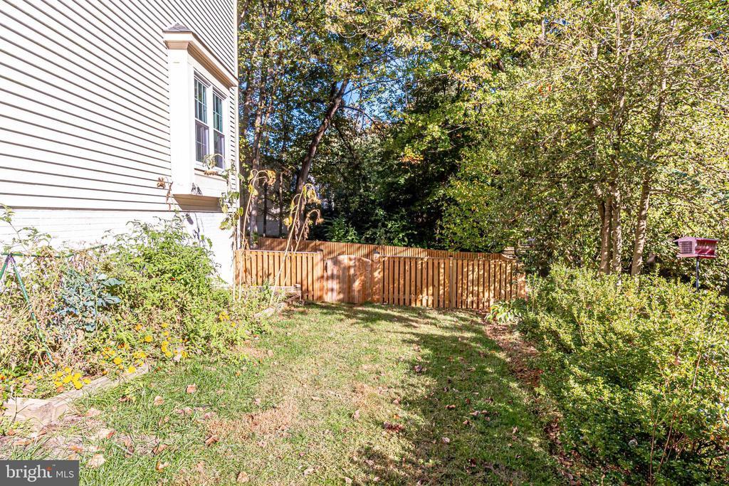 Side yard! - 6132 POBURN LANDING CT, BURKE