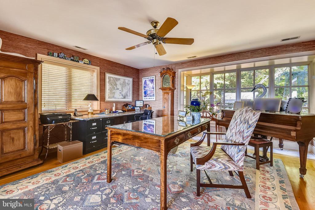 Large Library/music room with Bay Window - 1 DEMYAN DR, ANNAPOLIS