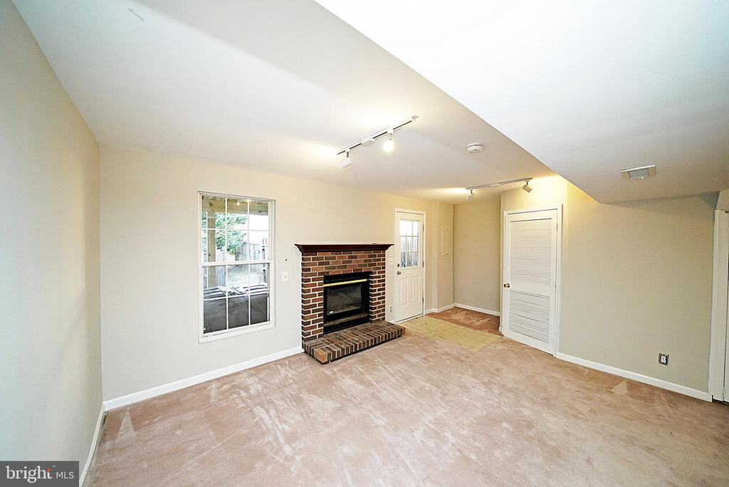 FAMILY ROOM 2 - 14308 ARTILLERY CT, CENTREVILLE