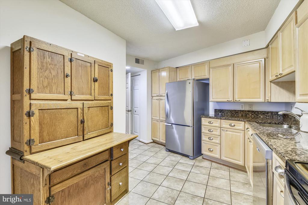 Updated Kitchen w/ Granite  / SS Appliances - 19385 CYPRESS RIDGE TER #414, LEESBURG