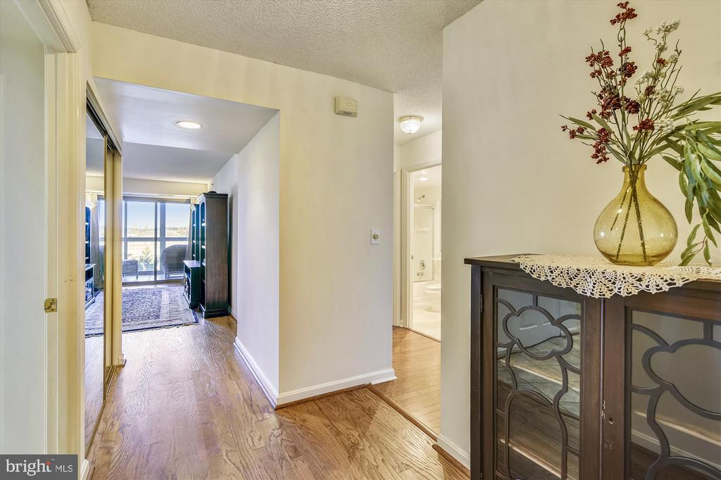 Move in ready with fresh paint throughout - 19385 CYPRESS RIDGE TER #414, LEESBURG