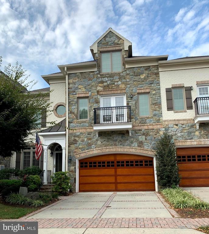 Beautiful Stone and Brick front townhome - 18375 FAIRWAY OAKS SQ, LEESBURG