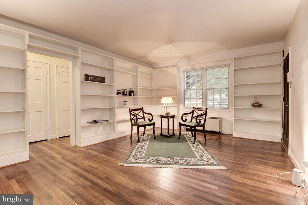 Hardwood floors, built-in shelving - 316 ASHBY ST #D, ALEXANDRIA