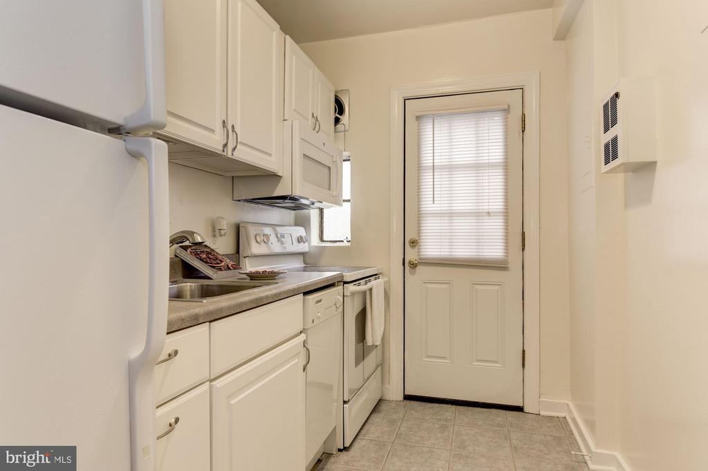 Galley style kitchen - 316 ASHBY ST #D, ALEXANDRIA