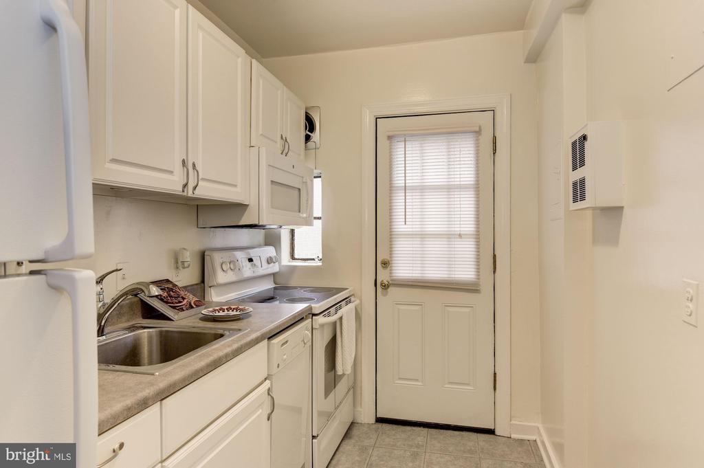 Ceramic floor, white cabinets - 316 ASHBY ST #D, ALEXANDRIA