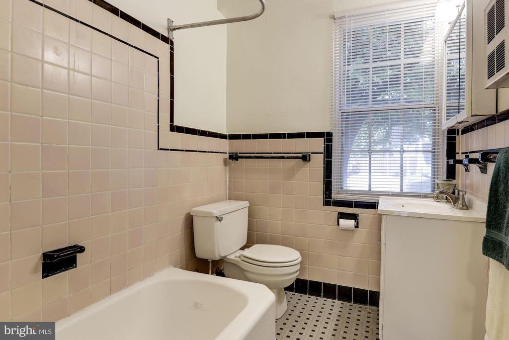 Classic ceramic tile bath - 316 ASHBY ST #D, ALEXANDRIA