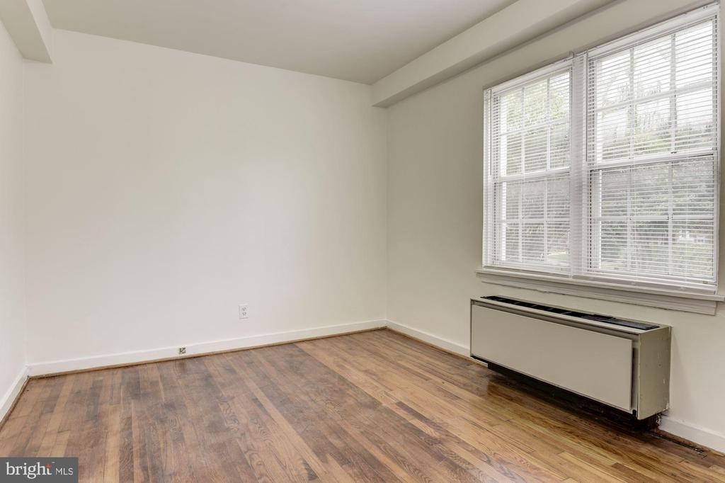 Bedroom with hardwood floors - 316 ASHBY ST #D, ALEXANDRIA