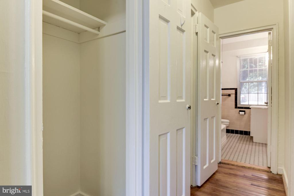 Hallway with 3 closets - 316 ASHBY ST #D, ALEXANDRIA