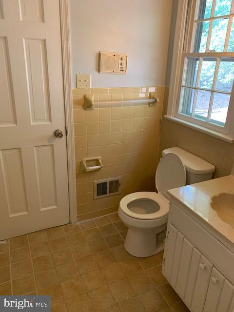 Full Bath on MAIN Lvl off 4th Bedroom - 1209 RICHMOND DR, STAFFORD
