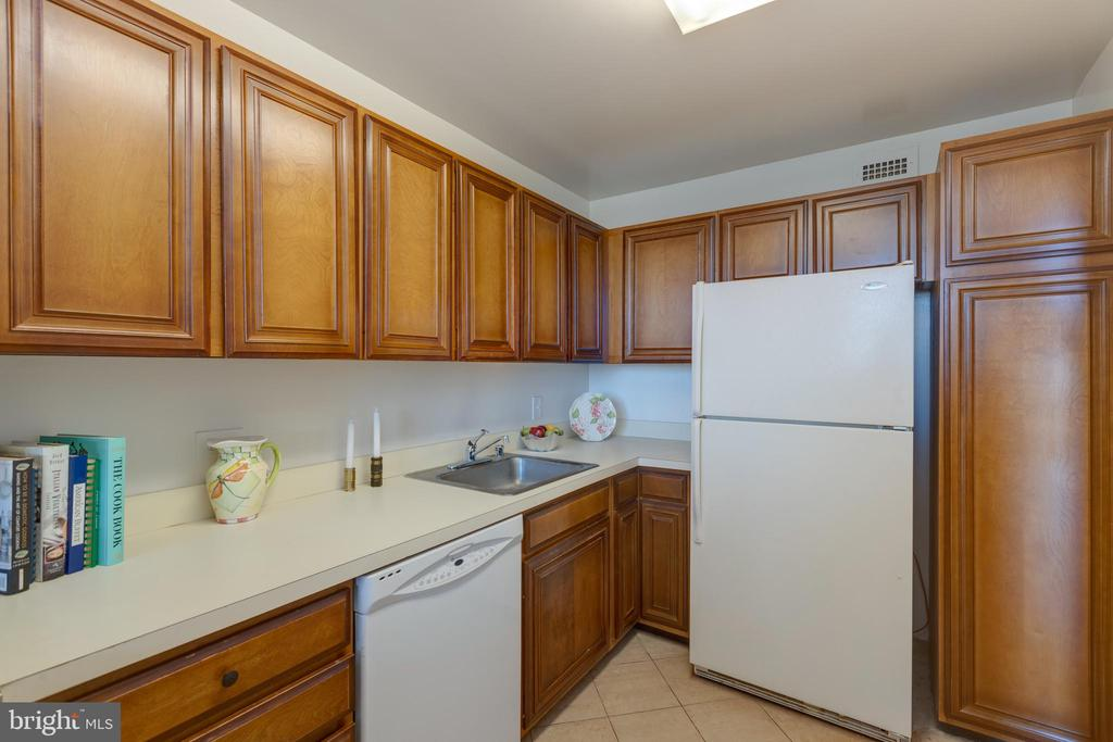 Kitchen - 1200 N NASH ST #538, ARLINGTON