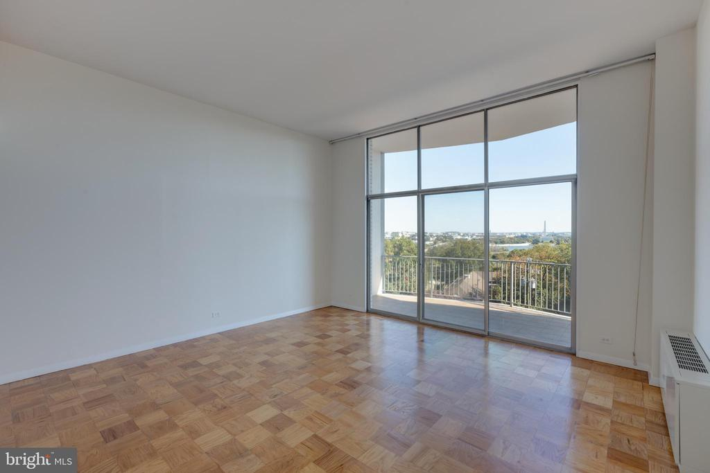 Living room with 13 foot ceiling - 1200 N NASH ST #538, ARLINGTON