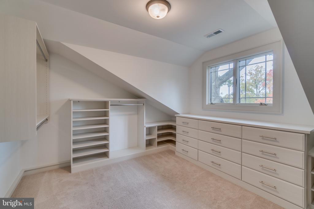 Custom closets in Owners' suite - 512 N LITTLETON ST, ARLINGTON