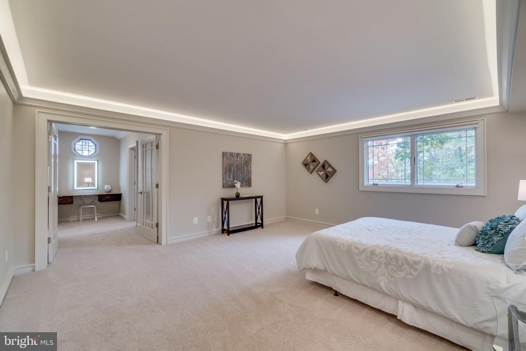 Owners' suite with custom tray lighting - 512 N LITTLETON ST, ARLINGTON