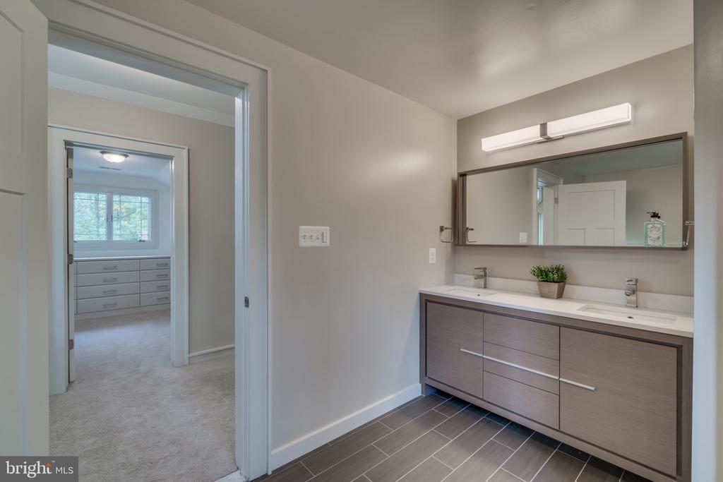 4th full bathroom - 512 N LITTLETON ST, ARLINGTON